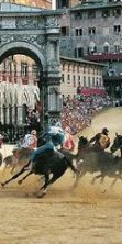 Palio di Siena: contrade, fantini, mossieri per la corsa più famosa nel mondo
