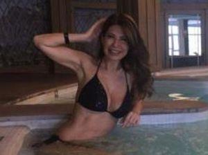 Susanna Messaggio in bikini a 53 anni: vacanza relax