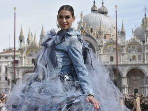Carnevale, il volo dell'aquila di Melissa Satta in Piazza San Marco