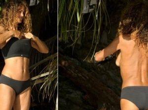 Sexy cambio di costume per Samantha De Grenet