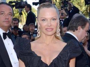 """Pamela Anderson a Cannes, i fan preoccupati: """"Irriconoscibile"""""""