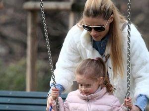Michelle Hunziker, giornata al parco con la figlia e i cagnolini