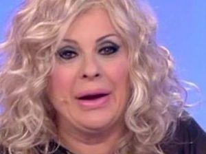 Tina Cipollari fa infuriare il pubblico: tutta colpa dell'armadio