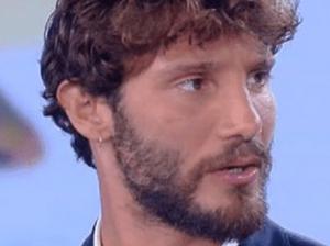 Stefano De Martino 'asfaltato' da Striscia: «Cervello come spazzatura», altro errore a L'Isola