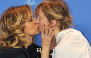Bacio saffico fra le due attrici: ecco cosa è successo