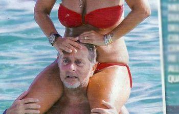 Paolo Bonolis, estate hot con Sonia Bruganelli: