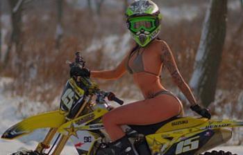 Modella star di Instagram si schianta a 250 all'ora in moto