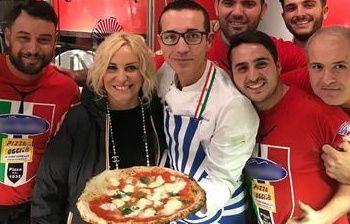 Antonella Clerici pizzaiola per caso a Napoli sforna una margherita