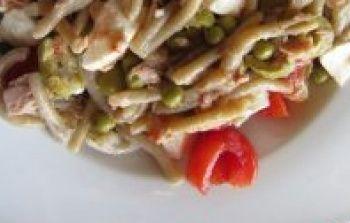 Pranzo estivo: pasta fredda con tonno, piselli, mozzarella, pomodorini e olive