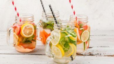 Come si prepara l'acqua detox aromatizzata?