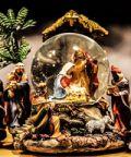 A Corinaldo l'atmosfera natalizia dei mercatini e dei presepi in vetrina