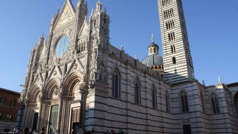 Terza e ultima cattedrale che prendiamo in considerazione in questo  articolo è quella dedicata a Santa Maria Assunta a Siena, una delle chiese  gotiche più