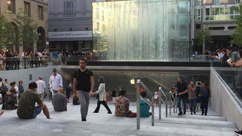 L Apple Store di Piazza Liberty si sviluppa su una superficie di 600 metri  quadri interrati dominati da lastre di pietra e cascate d acqua 815b5d5e4057