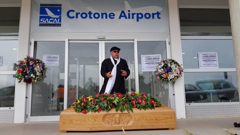 Ecco la protesta di Nando Amoruso all'aeroporto di Crotone