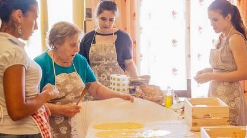 Nerina, la nonna che insegna a cucinare la pasta su Airbnb