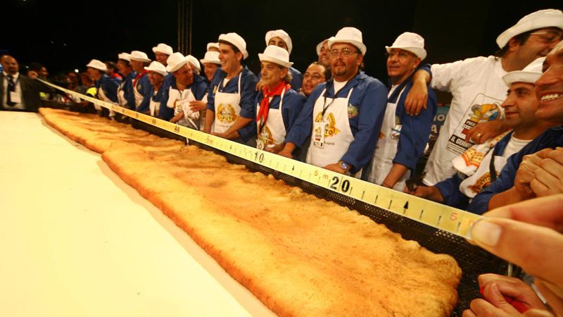 Napoli, pizza fritta da Guiness: 7 metri e 15 centimetri