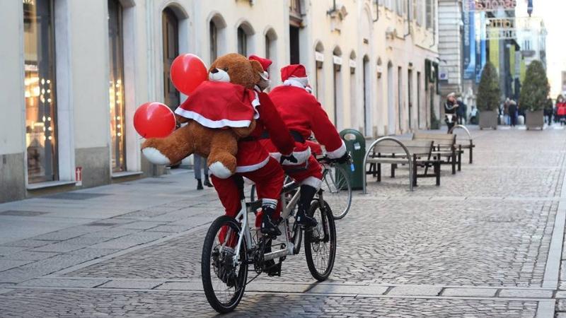 Il grande raduno solidale di Babbi Natale a Torino
