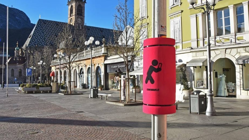 Bolzano: ecco i paracolpi per chi cammina col cellulare