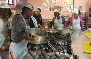 Migranti a scuola cucina nell astigiano torino